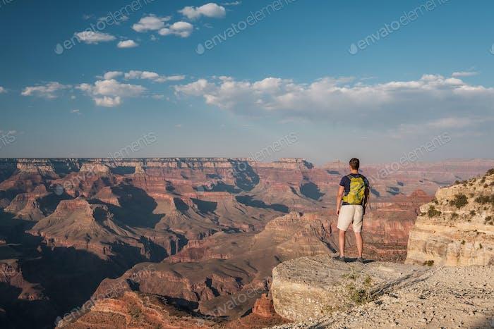 Tourist mit Rucksack am Grand Canyon
