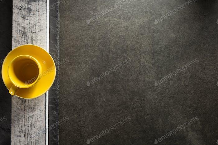 leere Tasse und Untertasse am Tisch