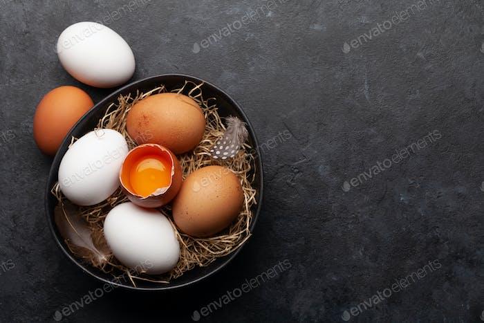 Weiße und braune Hühnereier