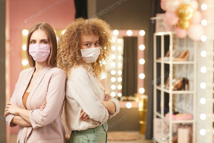 Zwei schöne Frauen tragen Gesichtsmasken