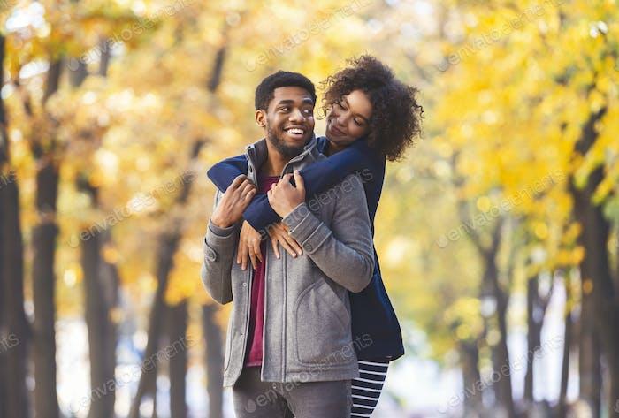 Glücklich schön paar verbringen Zeit im Herbst Park