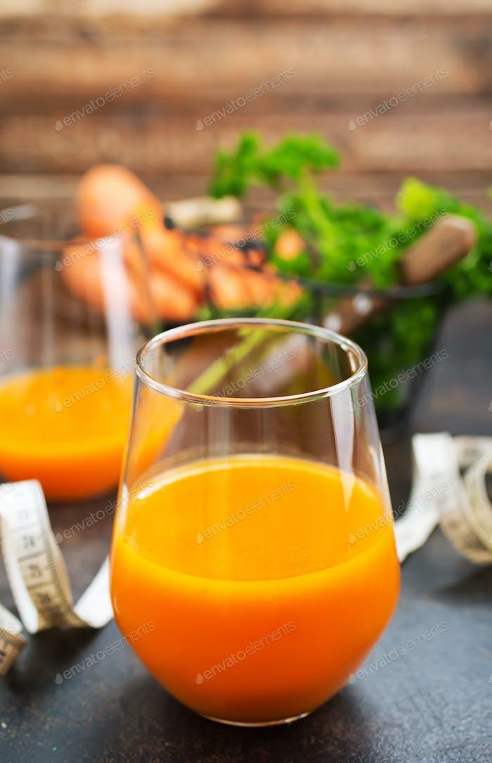 Karottensaft und frische Karotte