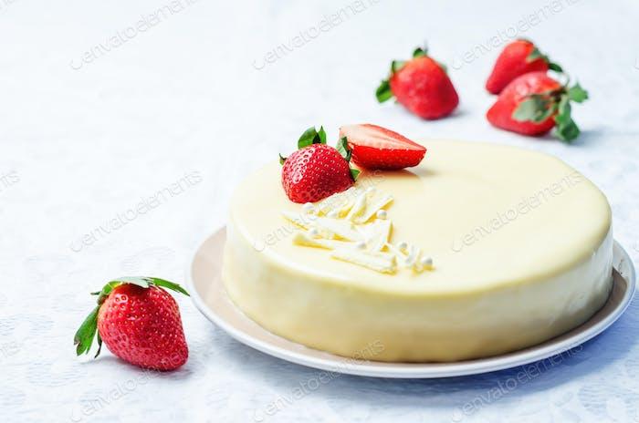 weißer Schokoladen-Frischkäsekuchen mit Erdbeeren