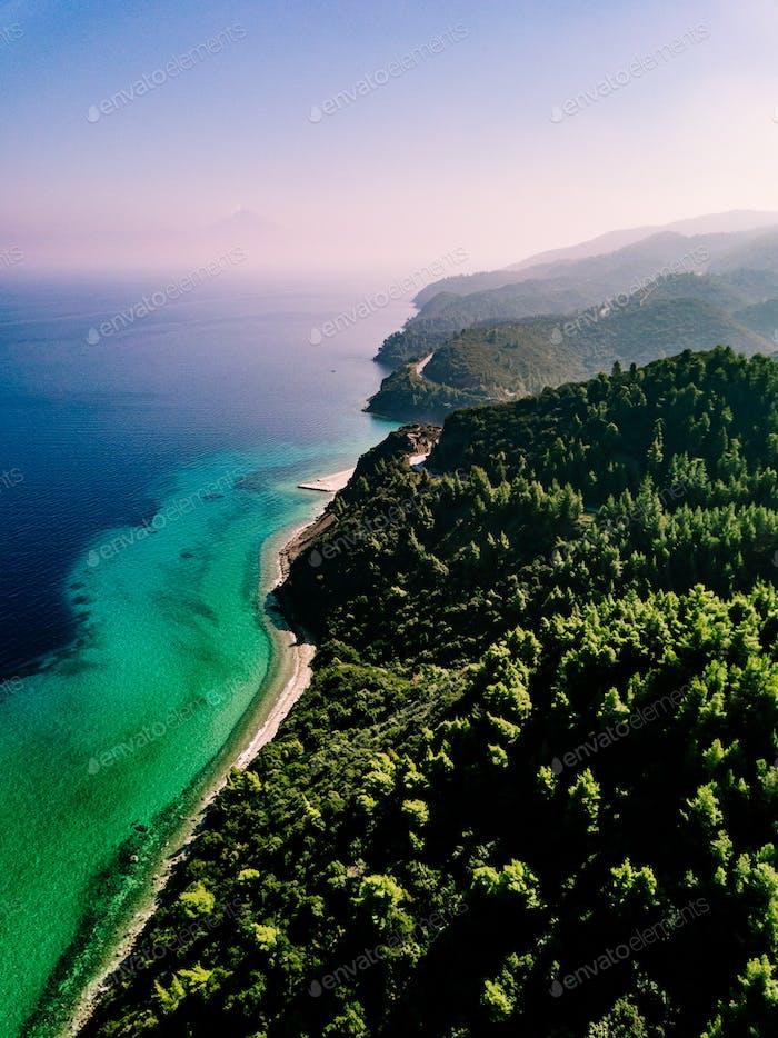 Luftaufnahme von Felsen und blauen Meer Lagune in Griechenland