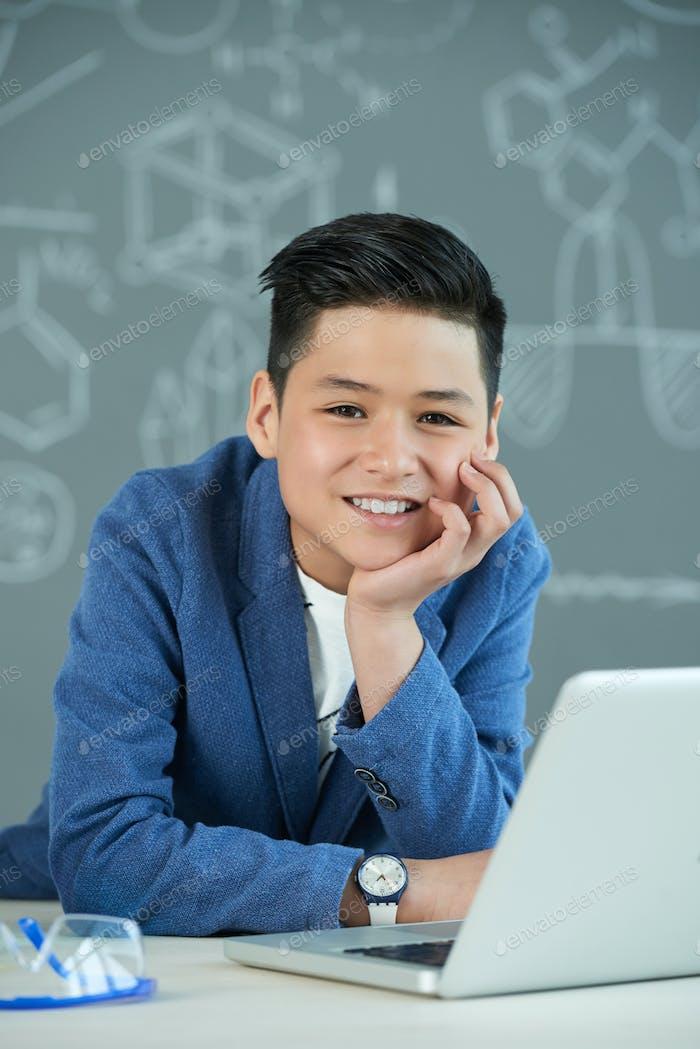 Asiatische Student mit breiten Lächeln