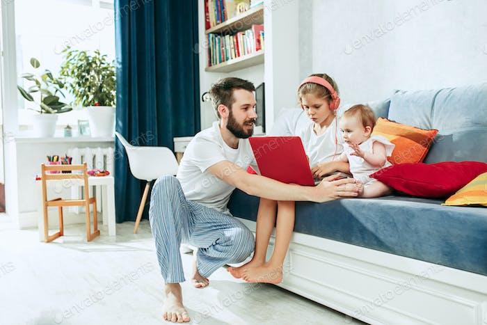 padre y sus hijas en Página de inicio