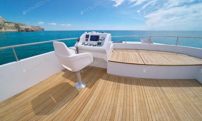 Mar y yate flybridge cubierta abierta, moderno y equipado de lujo.