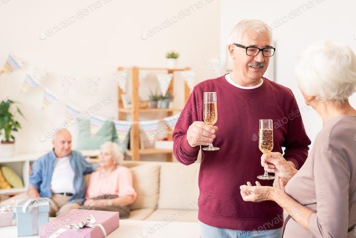 Ältere Ehegatten Toasten mit Champagnerflöten