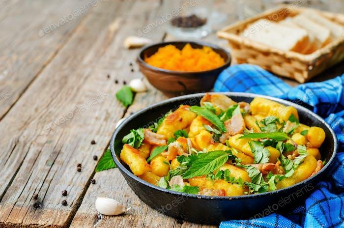 Kartoffeln Kürbis Gnocchi mit Speck, Koriander und Minze