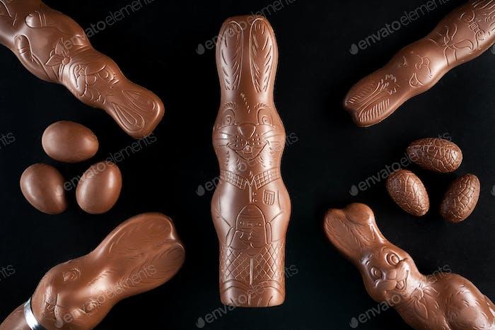 Conejito de Pascua de chocolate y huevos sobre Fondo Oscuro