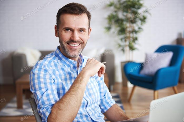 Porträt des selbstbewussten Mannes im Home-Office