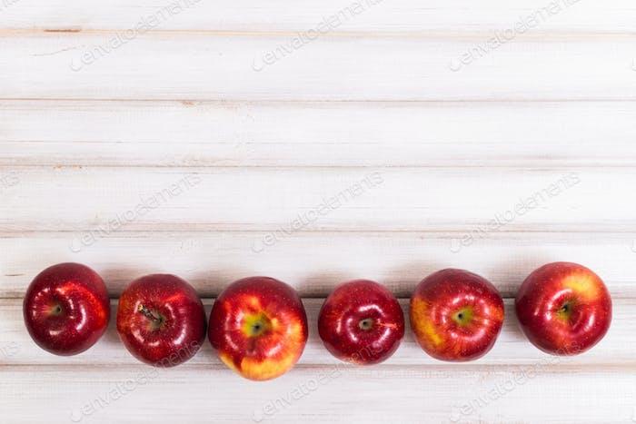 Süße Äpfel auf hölzernem Hintergrund
