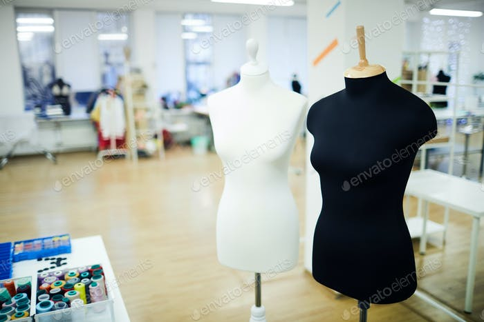 Schwarz-weiße Schaufensterpuppen im Modestudio