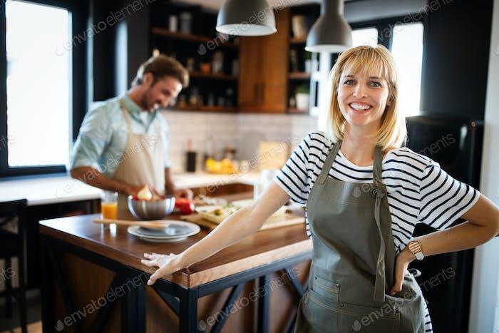 Couple heureux préparer la nourriture dans la cuisine