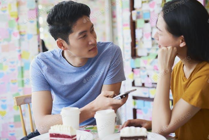 Junges Paar Treffen in einem Café