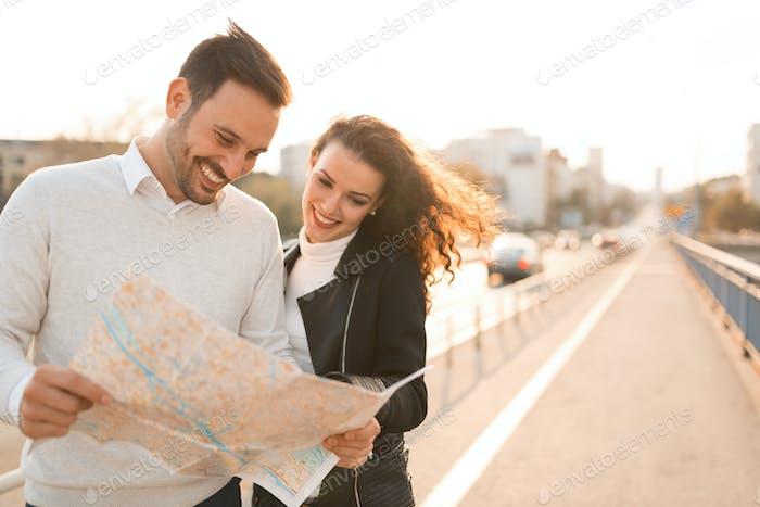 Touristen, die Stadt auf der Karte erkunden