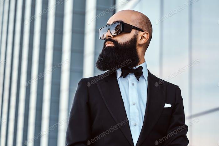 Портрет лысыго бородатого мужчины в солнцезащитных очках