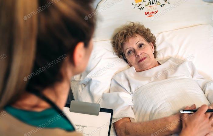 Ärztin tröstet ältere Patienten