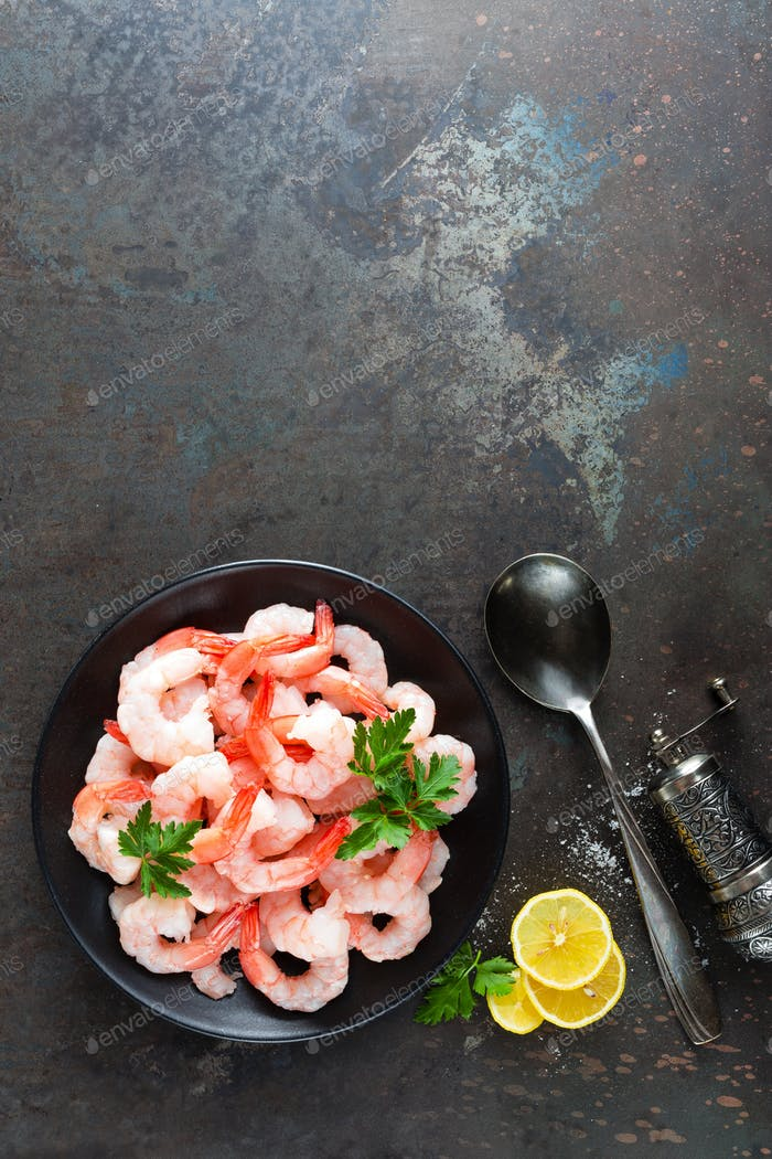 Garnelen auf Teller. Garnelen, Garnelen. Meeresfrüchte. Draufsicht. Dunkler Hintergrund