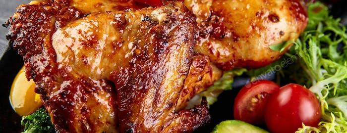 Gebratenes Ganze Glasur Huhn mit frischem Gemüse. Langes, breites Banner