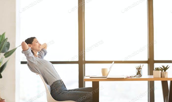 мирный менеджер девушка растягивание тело в работа