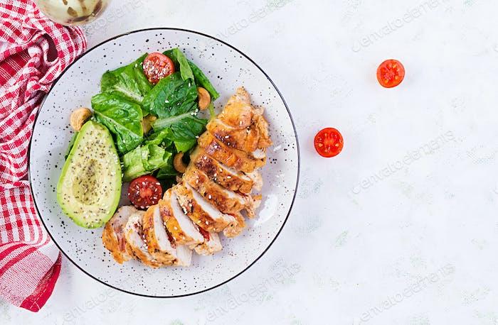 Gegrilltes Hähnchenfilet mit Salat frischen Tomaten und Avocado