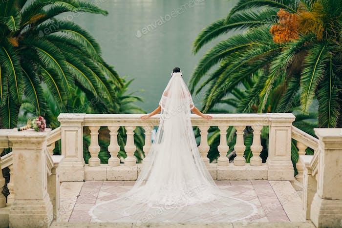 Braut in Luxus Hochzeitskleid Rückansicht