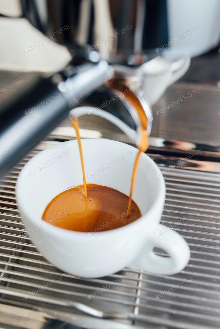 Extraktion von Espresso aus doppeltem offenen Portafilterhalter