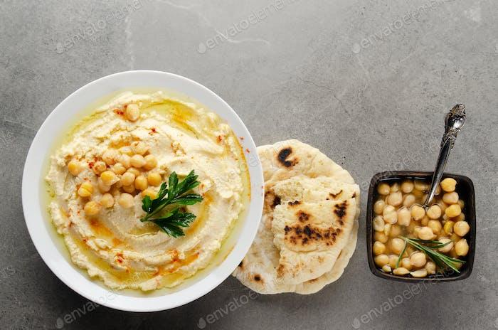 Flache Laien Hummus in Tonschale