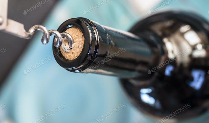 Korkenzieher Detail in einer Flasche Wein, konzeptionelles Bild
