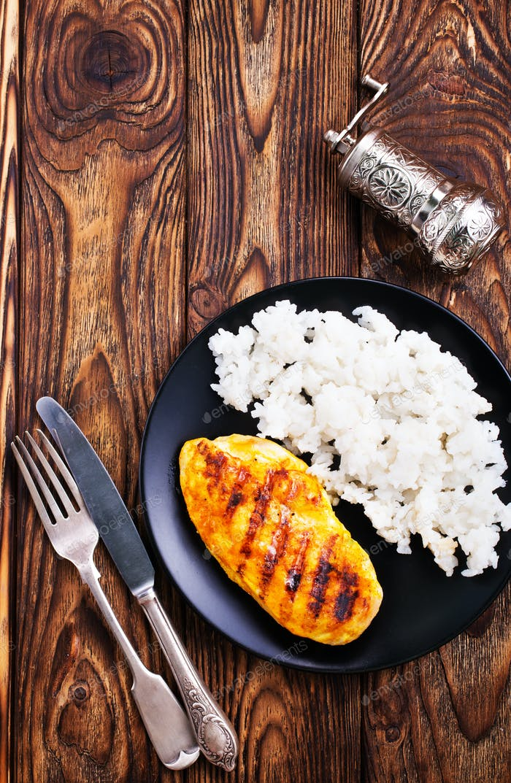 gekochter Reis mit gebratener Hähnchenbrust