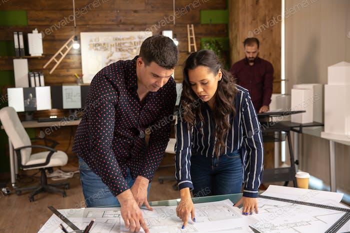 Zwei Architekten machen Brainstorming im Büro