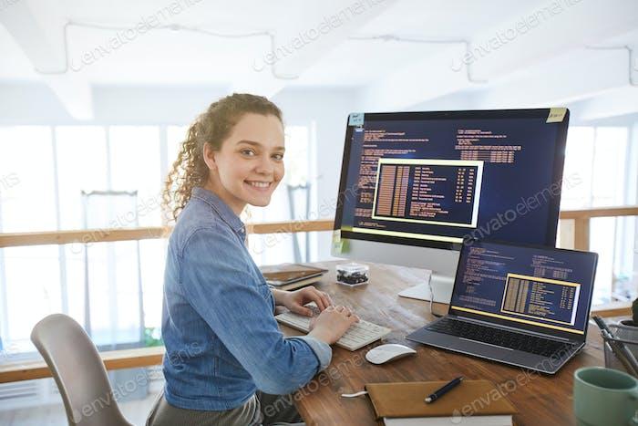 Desarrolladora de TI femenina en el lugar de trabajo