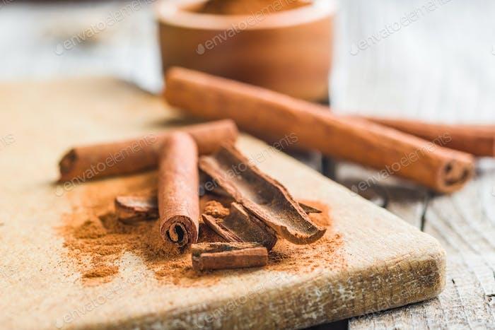 Cinnamon sticks and milled cinnamon spice.