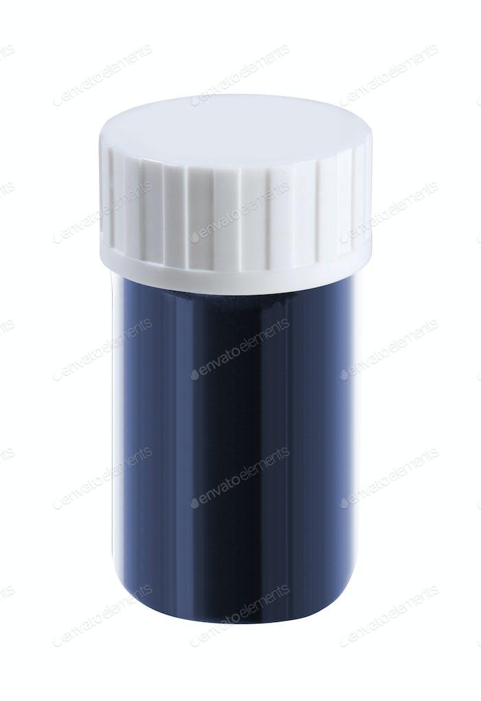 Kunststoff-Glas mit Kappe auf weißem Hintergrund