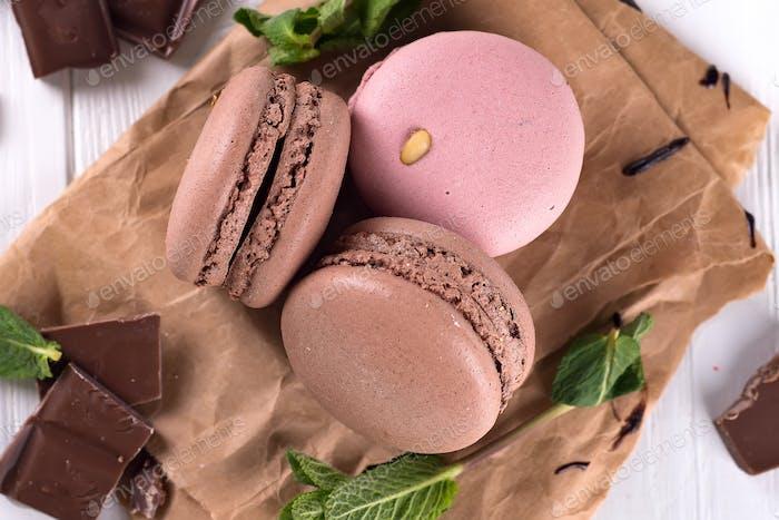 Schokolade und Makronen auf alten Küchentisch. Ansicht von oben