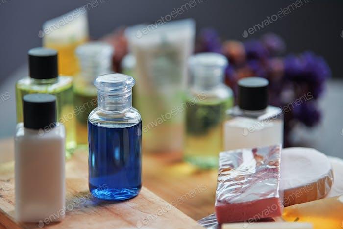Die Flaschen Shampoo und Seifen auf dem Holztisch