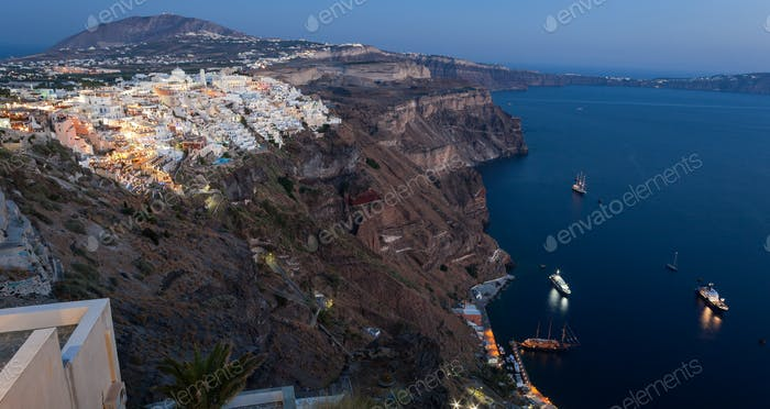 Fantastischer Abend Blick auf Fira mit Kreuzfahrtschiffen