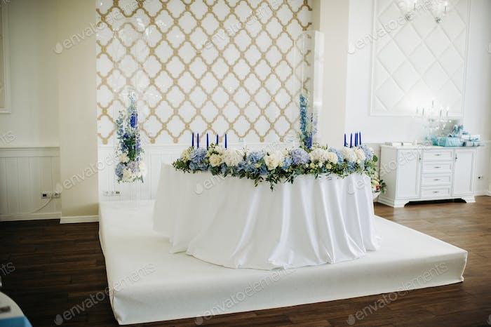 Hochzeit Braut und Bräutigam Tisch Präsidium mit vielen Blumen dekoriert
