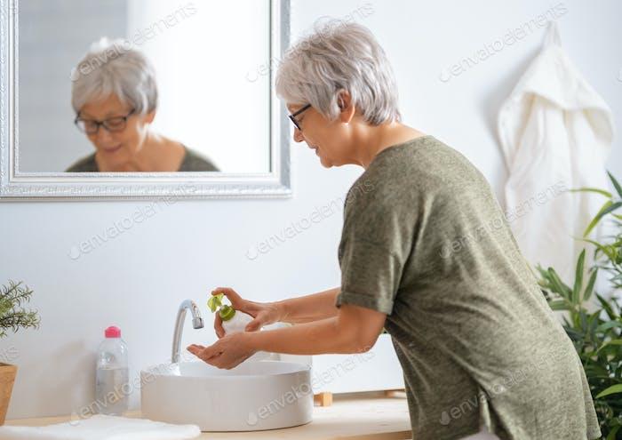 Человек мыет руки мылом.