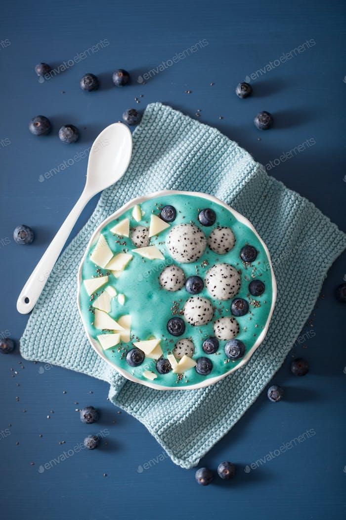 gesunde blaue Spirulina Smoothieschale mit Heidelbeere, weiß choco
