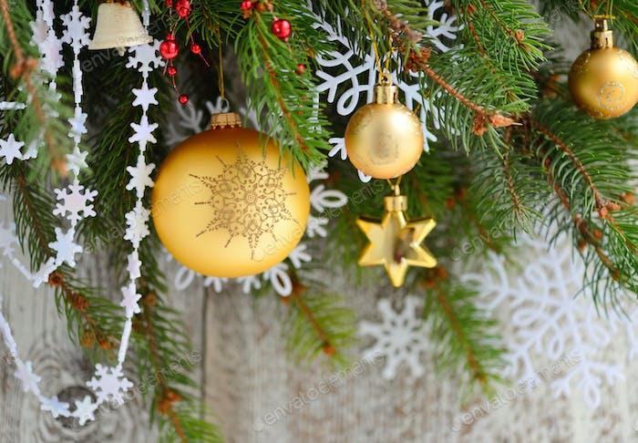 Weihnachtsschmuck der Kugel auf den Zweigen der Fichte