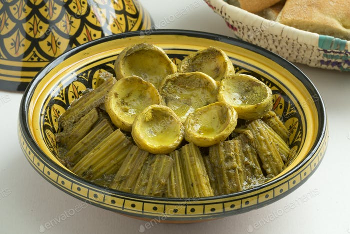 Marokkanisches Essen mit Kardoon- und Artischockenherzen