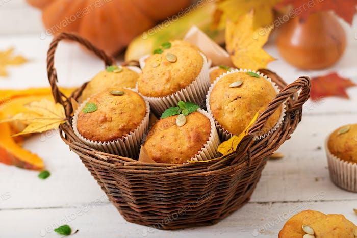 Appetitliche und rötliche Muffins mit Kürbis und Walnuss.