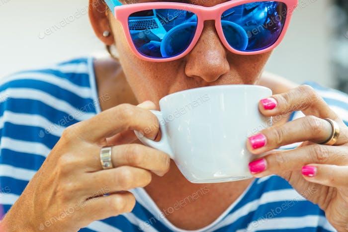 Erwachsene Frau trinken Kaffee