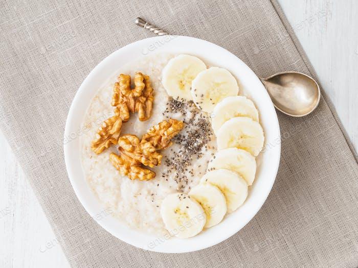 gesundes Frühstück - Haferflocken mit Nüssen, Bananen, Chia, Draufsicht