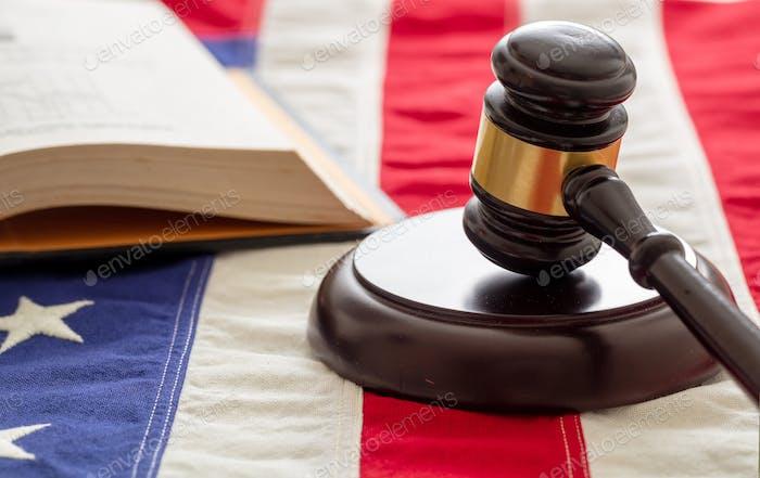 Law gavel und Buch über die Flagge der Vereinigten Staaten von Amerika.