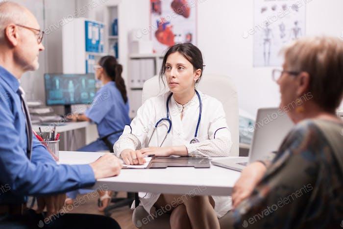 Doctora joven en la oficina del hospital