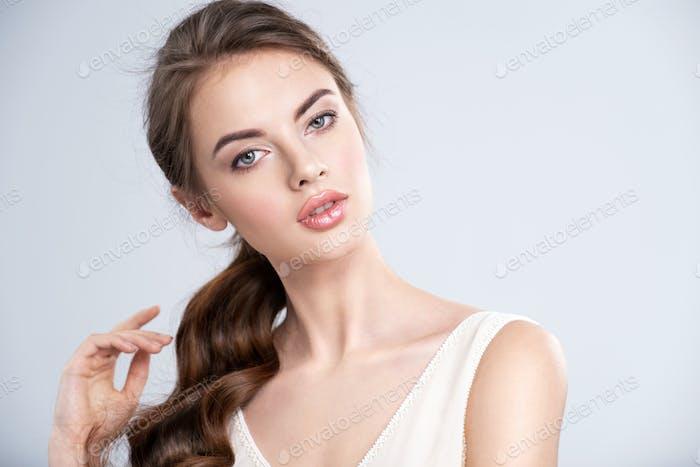 Porträt einer schönen jungen Frau mit einem braunen Haar.