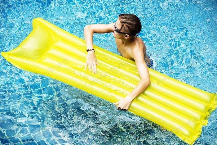 junge kaukasische junge genießen die pool